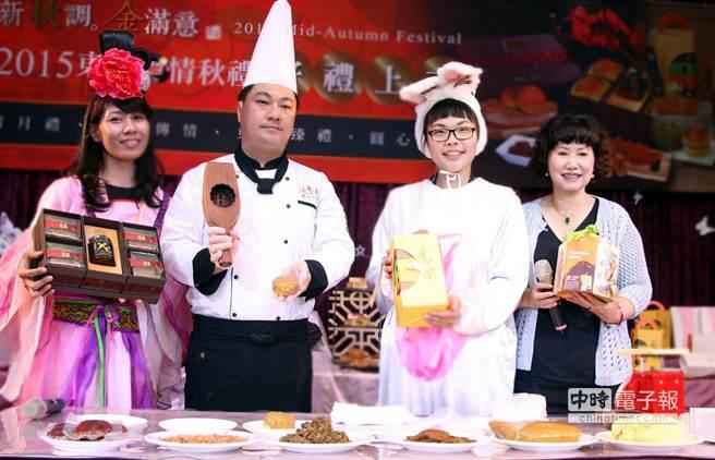 東東餐飲集團副總經理林佳樺(右1)介紹今年不同口味的中秋月餅禮盒。(圖/陳惠珍攝)