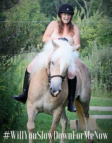 英國掀起裸體騎馬照活動 呼籲司機保護動物