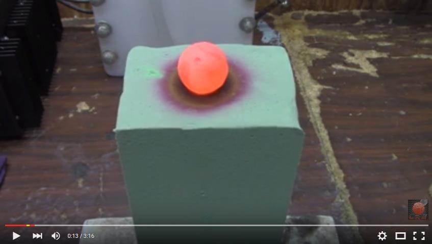 鎳球和海綿開始產生變化。(圖片取自Youtube/carsandwater)