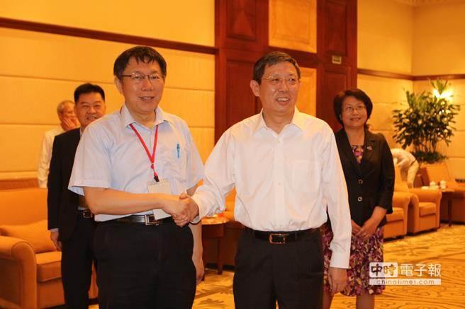 台北市長柯文哲(前左)昨晚在上海宴請參與雙城論壇的台灣民間人士,並邀請共同主辦單位代表出席,不過上海市長楊雄(右二)未現身,由副市長翁鐵慧(右一)代表出席。(資料照片,朱真楷攝)