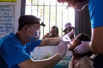 柬埔寨愛心義診 拉平傾斜的天秤-無國界牙醫師許毓丕的生命故事