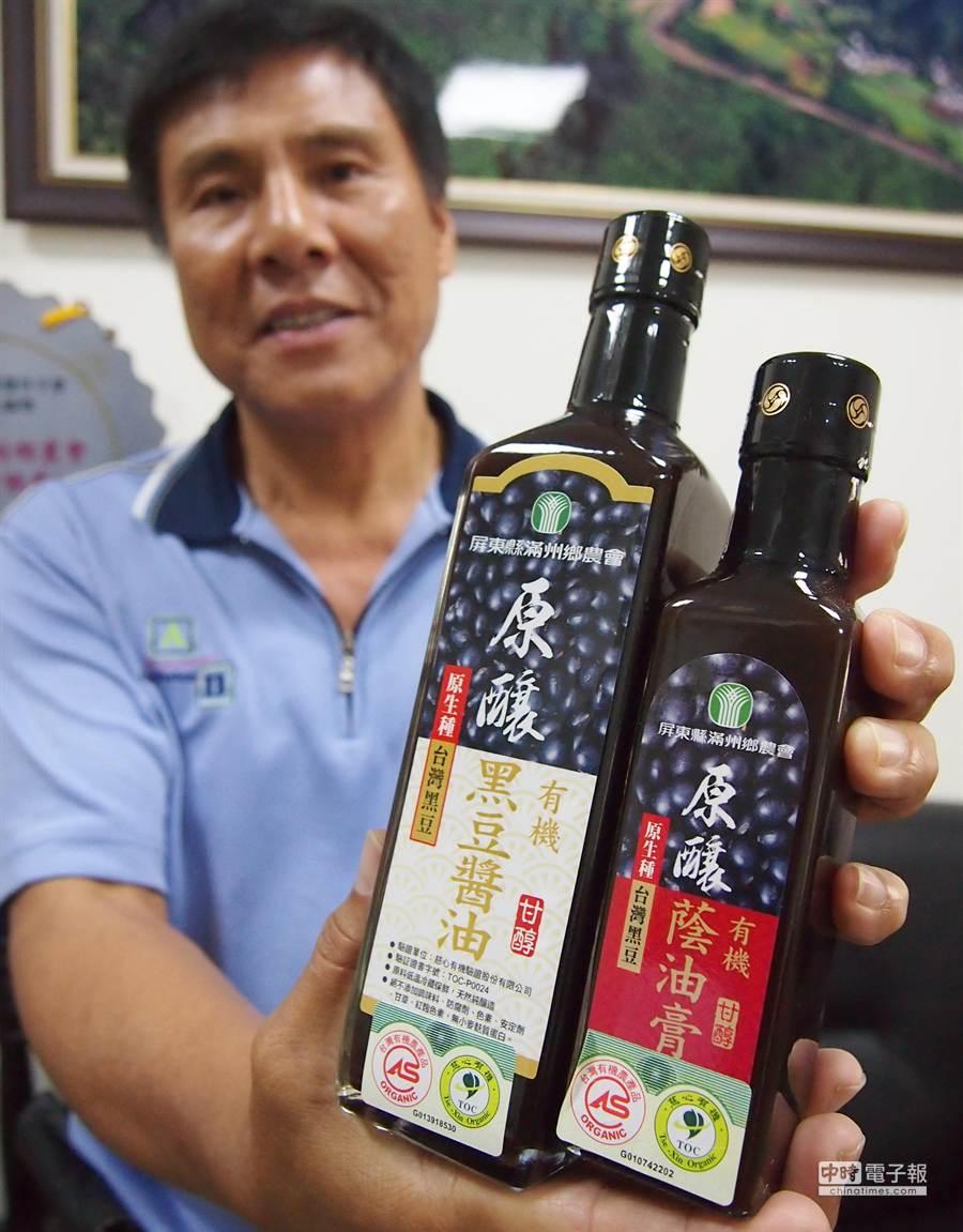 滿州有機黑豆醬油也是交由工廠代工製造,不過標籤上有明確標示,產品資訊公開透明。(潘建志攝)