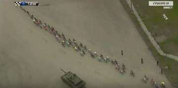 這群自行車選手正在比賽 突然一輛坦克殺了出來...