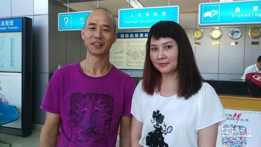 張家界世紀海外國際旅行社董事總經理吳愈滿(左)與中國南方航空台灣區經理蘭虹。(張佩芬攝)