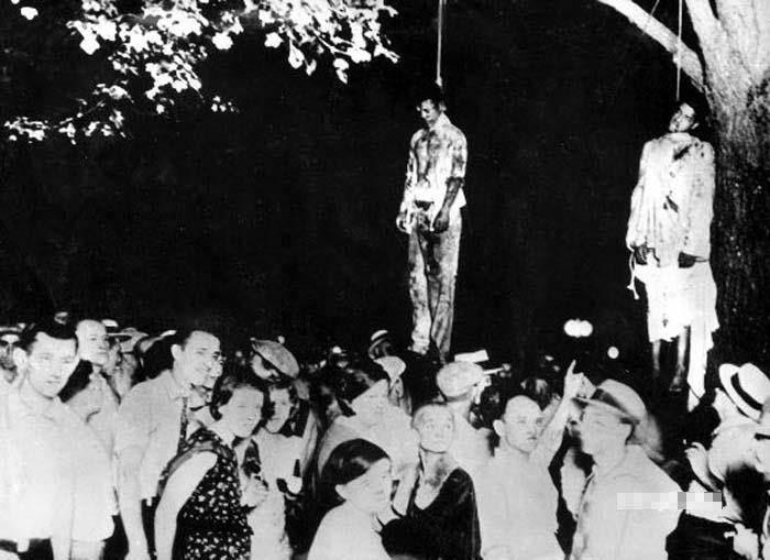 這是二O年代一次黑人反種族岐視的鬥爭中,被三K黨和種族主義暴徒吊起來殺害的黑人。(圖/中新網)