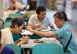 72歲女兒餵93歲母親喝湯 平淡晚餐溫馨情