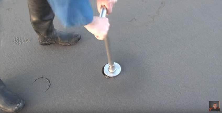 將自製工具插入沙中(圖/截自Stephen Allen)