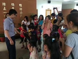 孩童參訪派出所 體驗警察生活