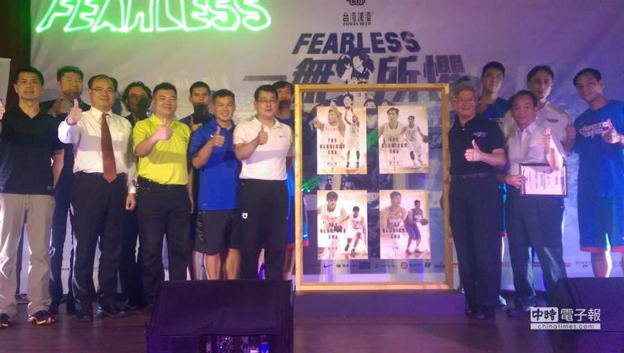 中華籃協感謝為中華隊奮戰多年的球員,今年瓊斯盃男籃賽特別推出球員卡。(黃邱倫)