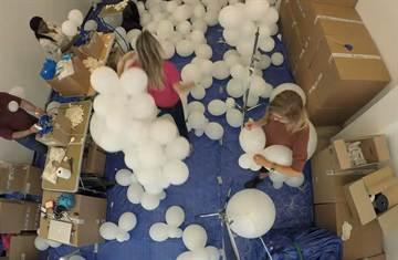 10萬氣球滿天飛 英國柯芬園如白雲填滿天