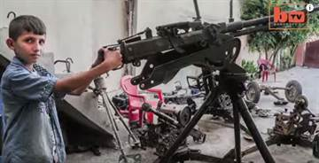 為了保衛家園 12歲的小男孩學會修理重機槍