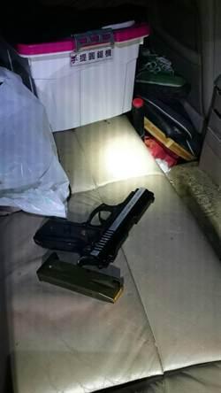警跟監槍毒集團險衝突 逮8人破毒窟