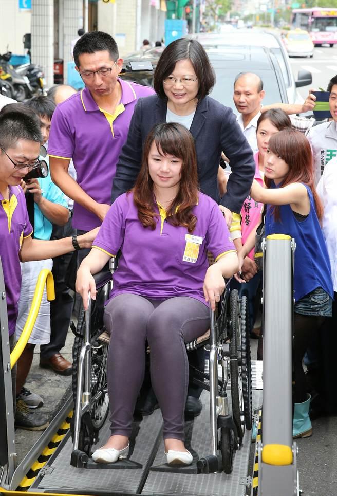 蔡英文(後中)體驗推輪椅搭接送車。(黃世麒攝)