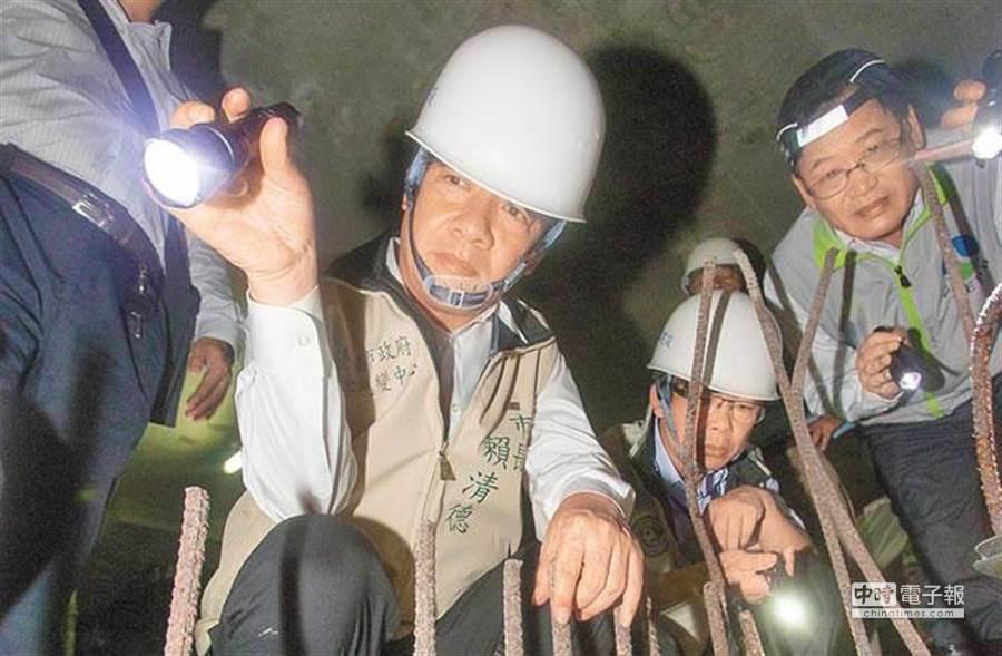 登革熱疫情在台南市大爆發,市長賴清德(中)25日前往上曜建設工地稽查,當場查獲孳生源。(黃仲裕攝)