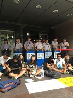 不滿課審會黑箱 反課綱學生數度衝撞警方
