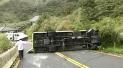 陽明山108公車超載翻覆 24人受傷