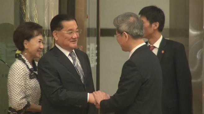 中華民國前副總統連戰(左一)晚間抵達北京下榻飯店,大陸方面由國台辦主任張志軍(右二)出面接待。(羅印冲攝)