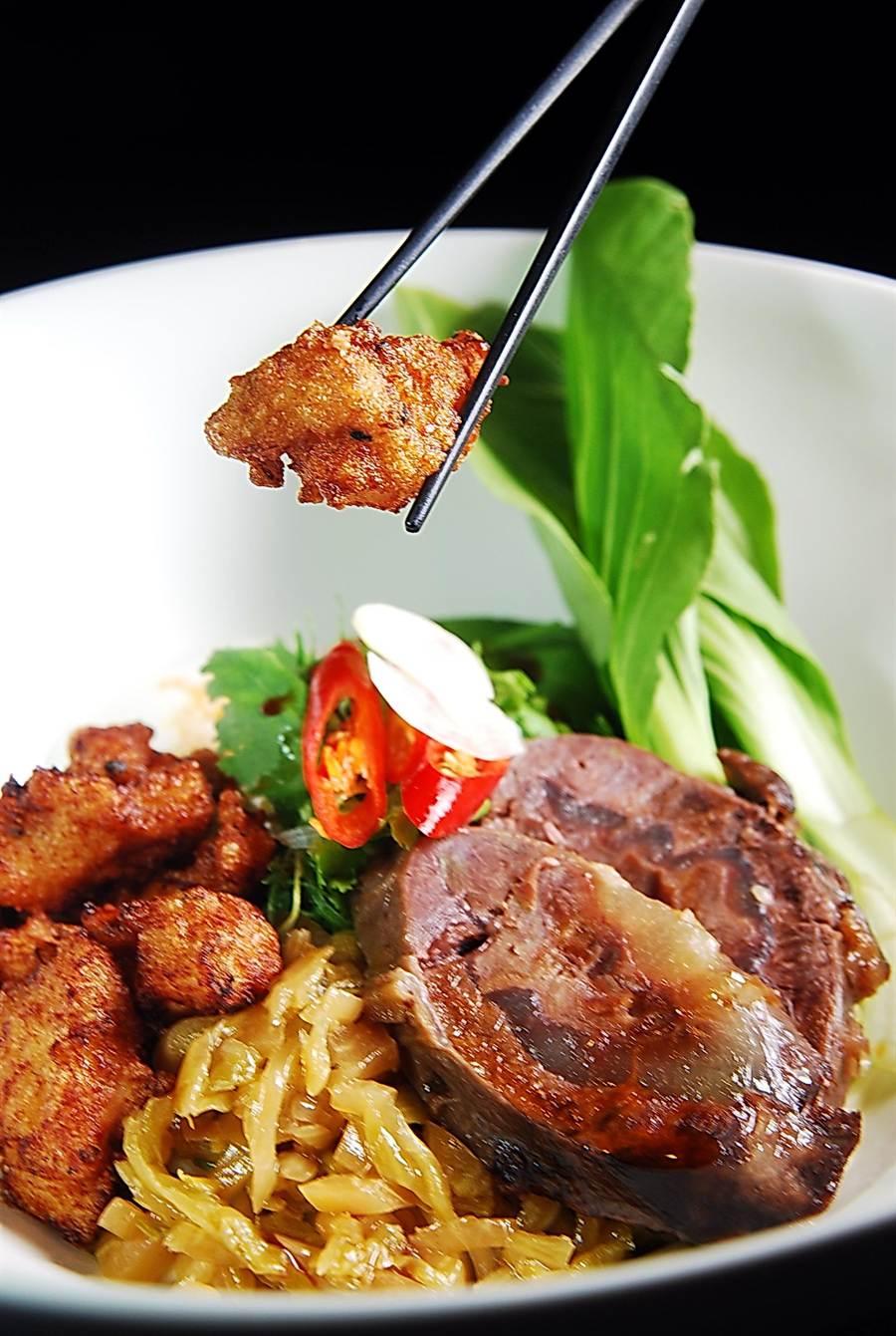 名列「華府10大必嚐美味」的「咖哩炸雞牛肉麵」中的炸雞,是主廚Erik楊鎮宇根據台灣鹽酥雞作法改良而來。(圖/姚舜攝)