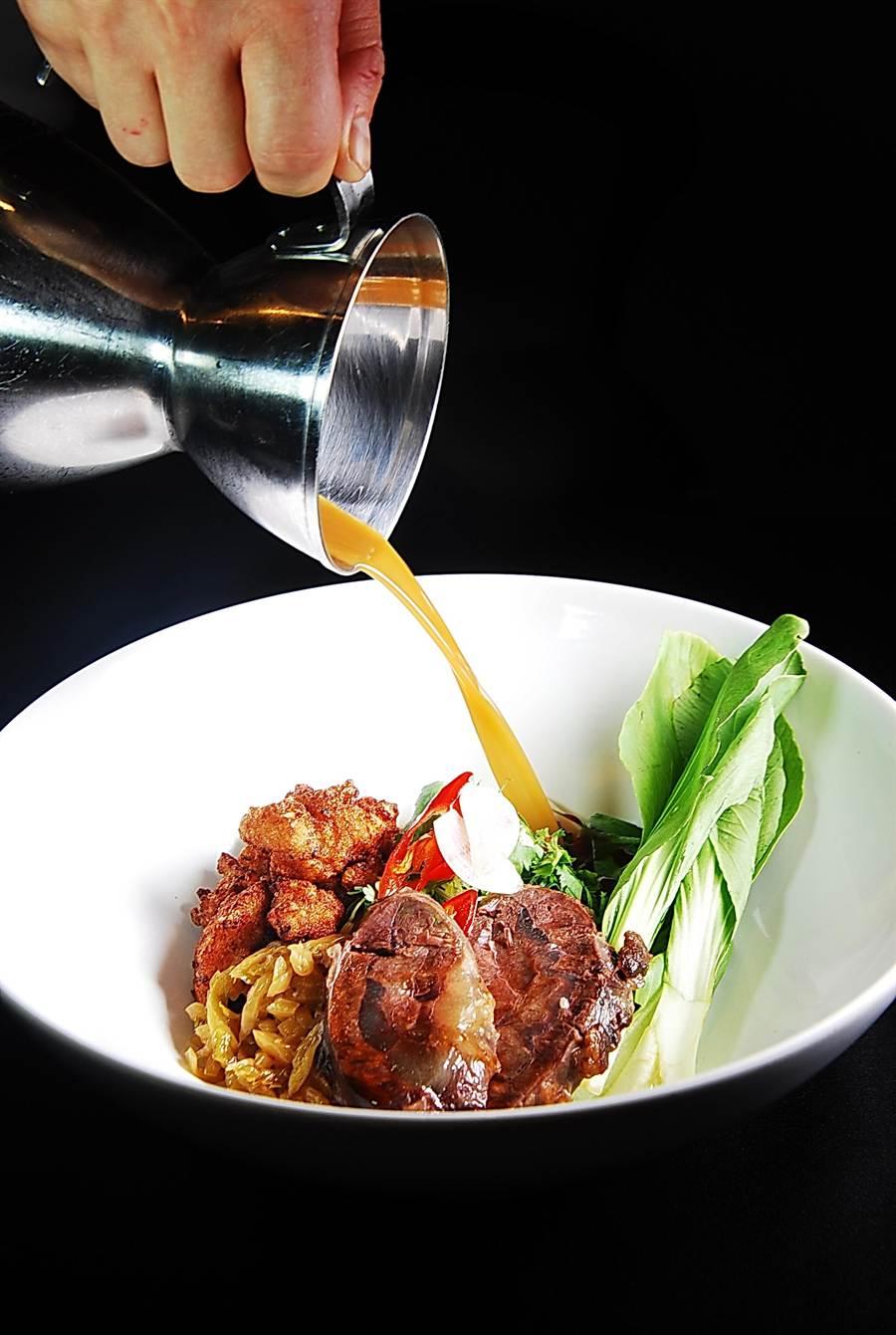 〈咖哩炸雞牛肉麵〉的湯頭結合了台灣牛肉麵與日本豚骨拉麵的湯頭,再加入中式雞湯以1:1:1 的比例混合而成,味道很鮮濃。(圖/姚舜攝)
