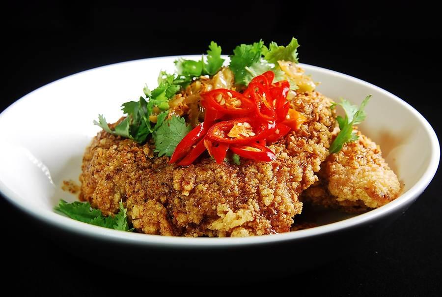 內蘊台味的〈台式炸雞〉,是〈Toki Underground〉的另一道招牌名菜,除了雞肉醃過,Erik並淋了酸甜辣兼具的醬汁提味。(圖/姚舜攝)