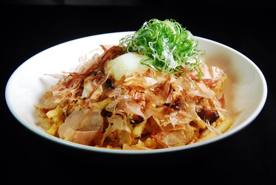 〈酥炸拉麵〉是Erik楊鎮宇來台客座特別設計的「台北限定版」創意菜,層層覆蓋的柴魚片下躲著炸薯條作的麵條、豬肉叉燒,並用日式照燒醬提味。(圖/姚舜攝)