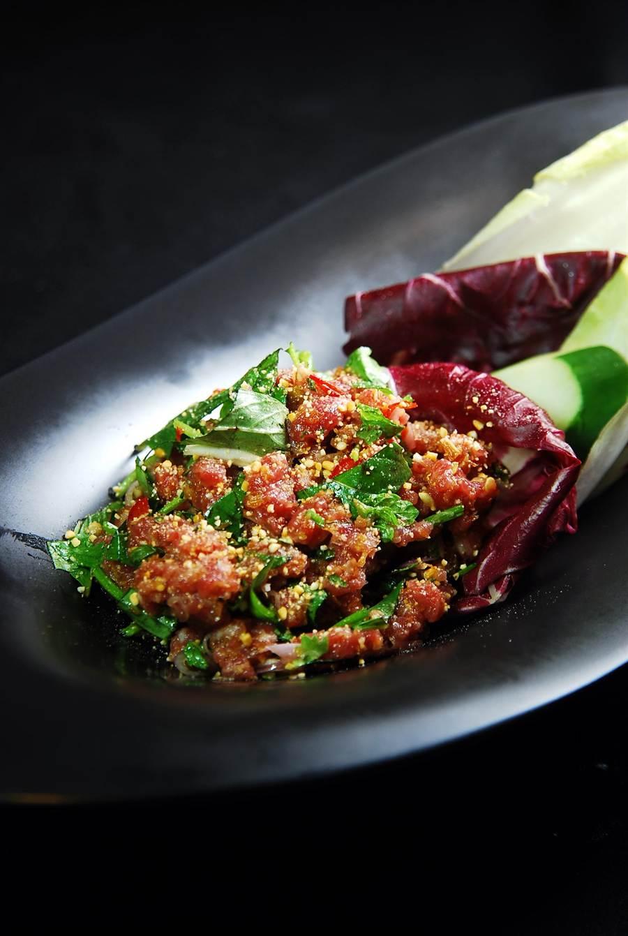 〈柬埔寨風味韃靼牛肉〉不只用甜香酸辣的柬埔寨醬汁提味,菜餚中還「埋伏」了烘烤磨碎糙米以增加口感。(圖/姚舜攝)