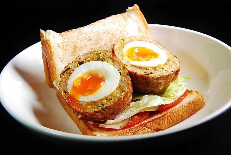 〈蘇格蘭炸蛋三明治〉的溏心蛋是用類似〈獅子頭〉的大號肉丸包裹,然後再沾麵衣酥炸而成。(圖/姚舜攝)