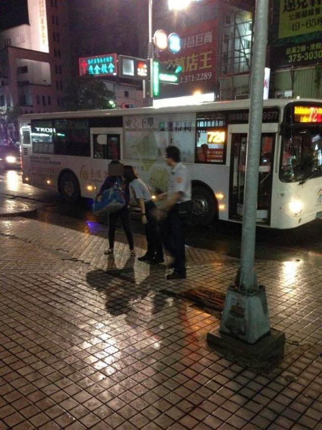 司機問不出洪女要上哪去,只好將公車開到派出所。(柯宗緯翻攝)