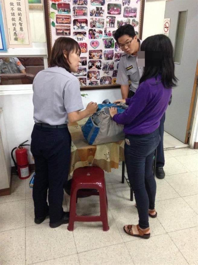 警方使出渾身解數仍問不出女子身份,只發現她攜帶1個大包包。(柯宗緯翻攝)