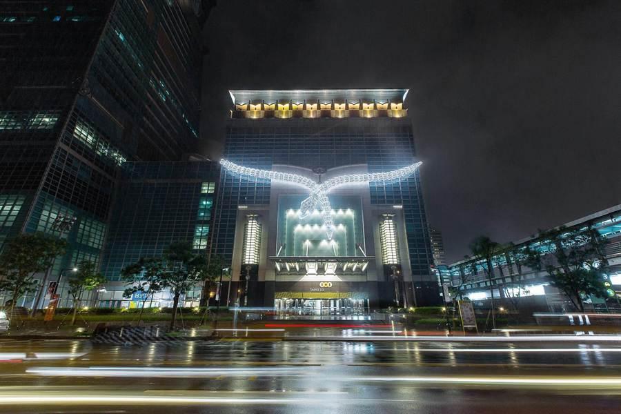 圖中為台北101牆面上以五萬顆LED燈包覆打造的巨型Serpenti藝術燈飾。(翻攝101臉書)