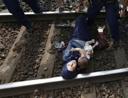 不能去德國 難民在匈牙利臥軌抗議