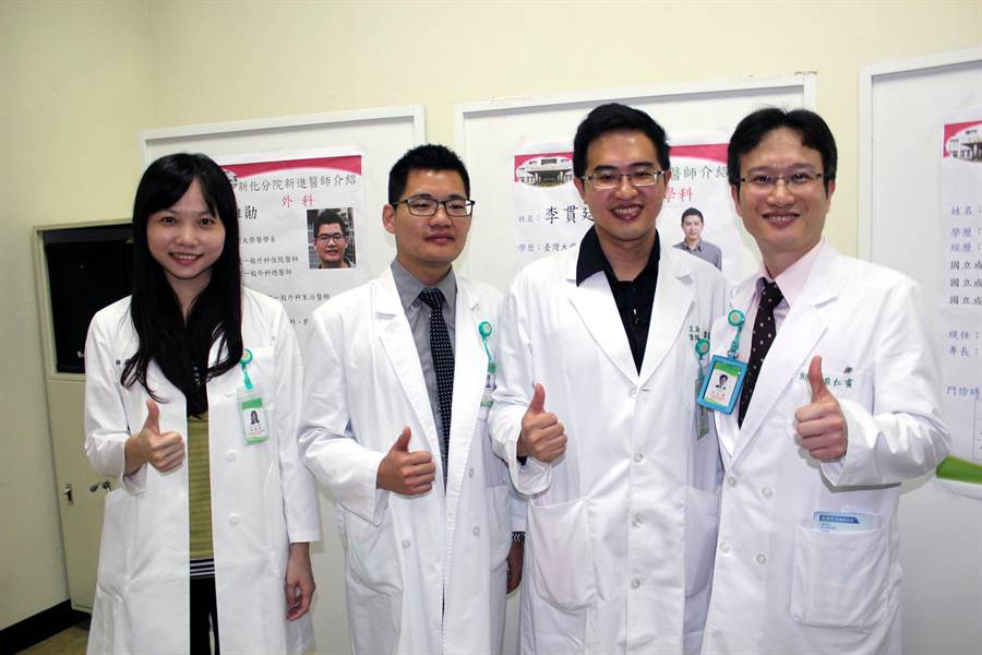 南醫新化分院院長莊仁賓(右起)介紹新加入的新血李貫廷、呂維勛、楊舜如。(黃文博攝)