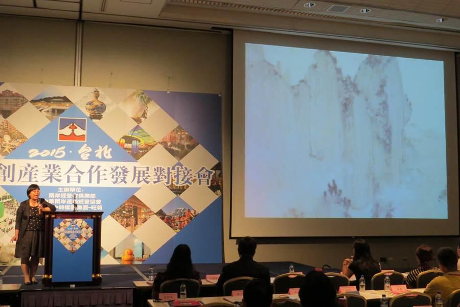 頑石總經理林芳吟(左)分享數位文創案例。(記者王揚宇攝)