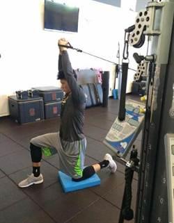 豪哥再PO訓練照 苦練核心肌群