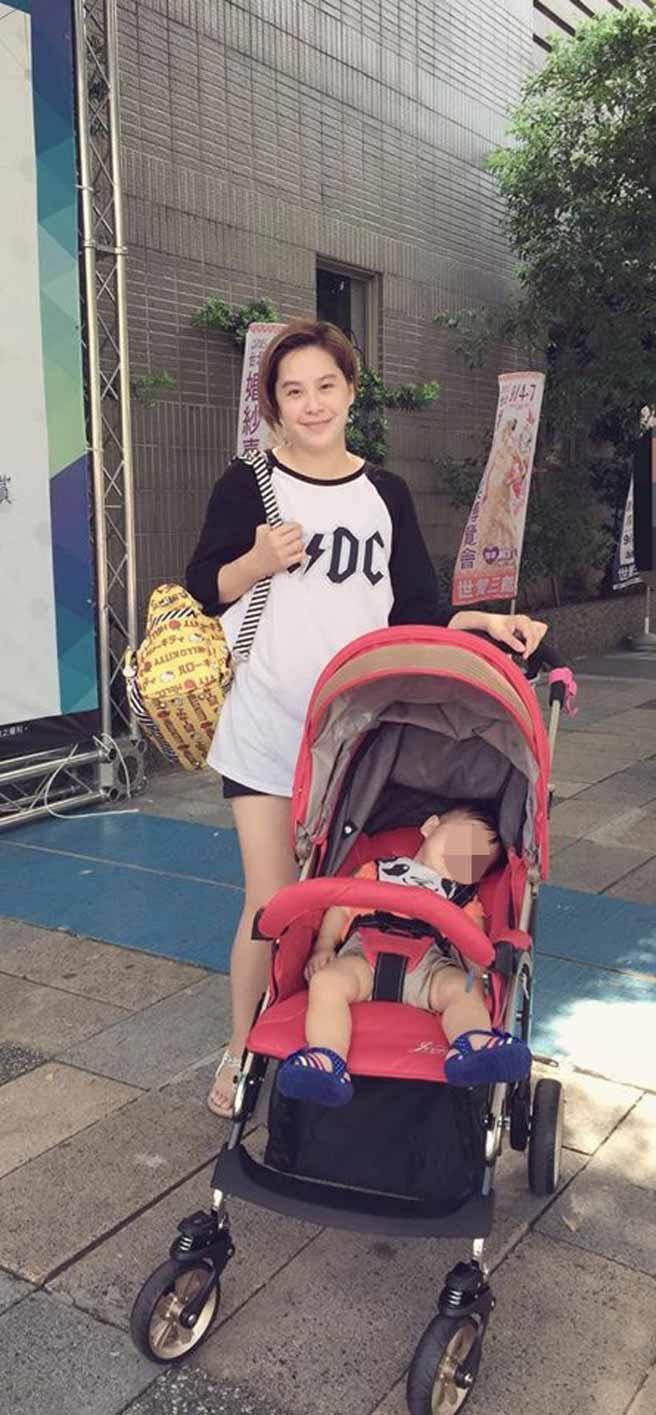 黃小柔帶兒子散步,肚子看起來有些隆起。(翻攝自臉書)