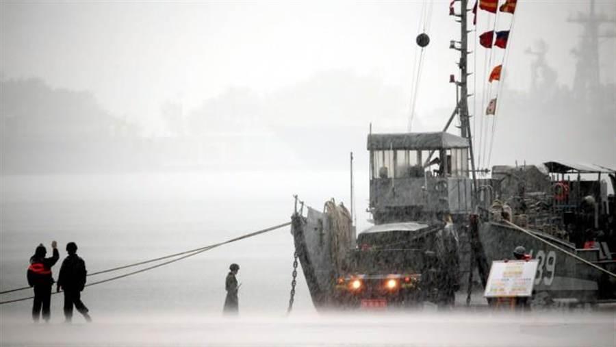漢光演習中的「聯興操演」,海軍陸戰隊99旅與海軍151艦隊,今天實施兩棲登陸作戰,在滂沱大雨中展開登陸部隊武器車輛裝載作業。(軍聞社提供)