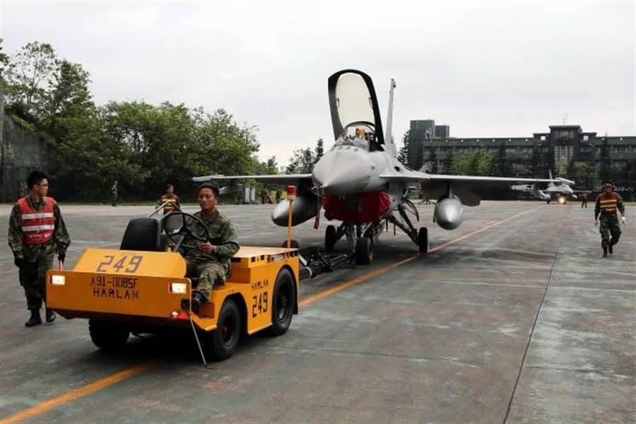 「漢光31號演習」第1天演練,空軍依照敵情,執行「戰機轉場」等戰力保存作為,參演軍機全部轉場至花蓮基地。(軍聞社提供)