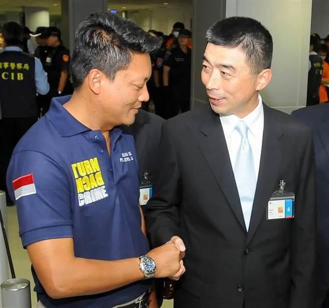 刑事局局長劉柏良(右)和負責押解人犯的雅加達警察局刑警大隊長葛利斯納(左)握手致謝。(高興宇攝)