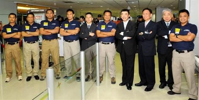 負責押解人犯的印尼警方要求以印尼的風格和我國警官合影留念。(高興宇攝)