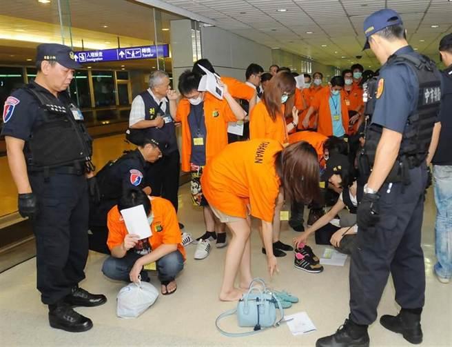 刑事局偵破台、印、陸跨境詐欺犯罪集團,其中63名台籍嫌犯於8日自印尼押解返台。(高興宇攝)