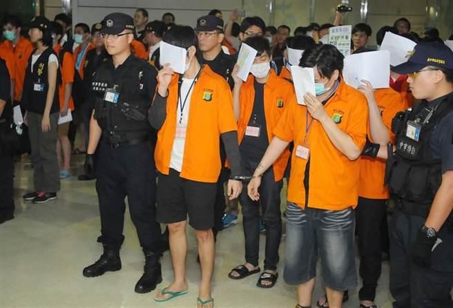 刑事局偵破台、印、陸跨境詐欺犯罪集團,人數高達95人(台籍86人、陸籍9人),其中63名台籍嫌犯於8日自印尼押解返台。(高興宇攝)