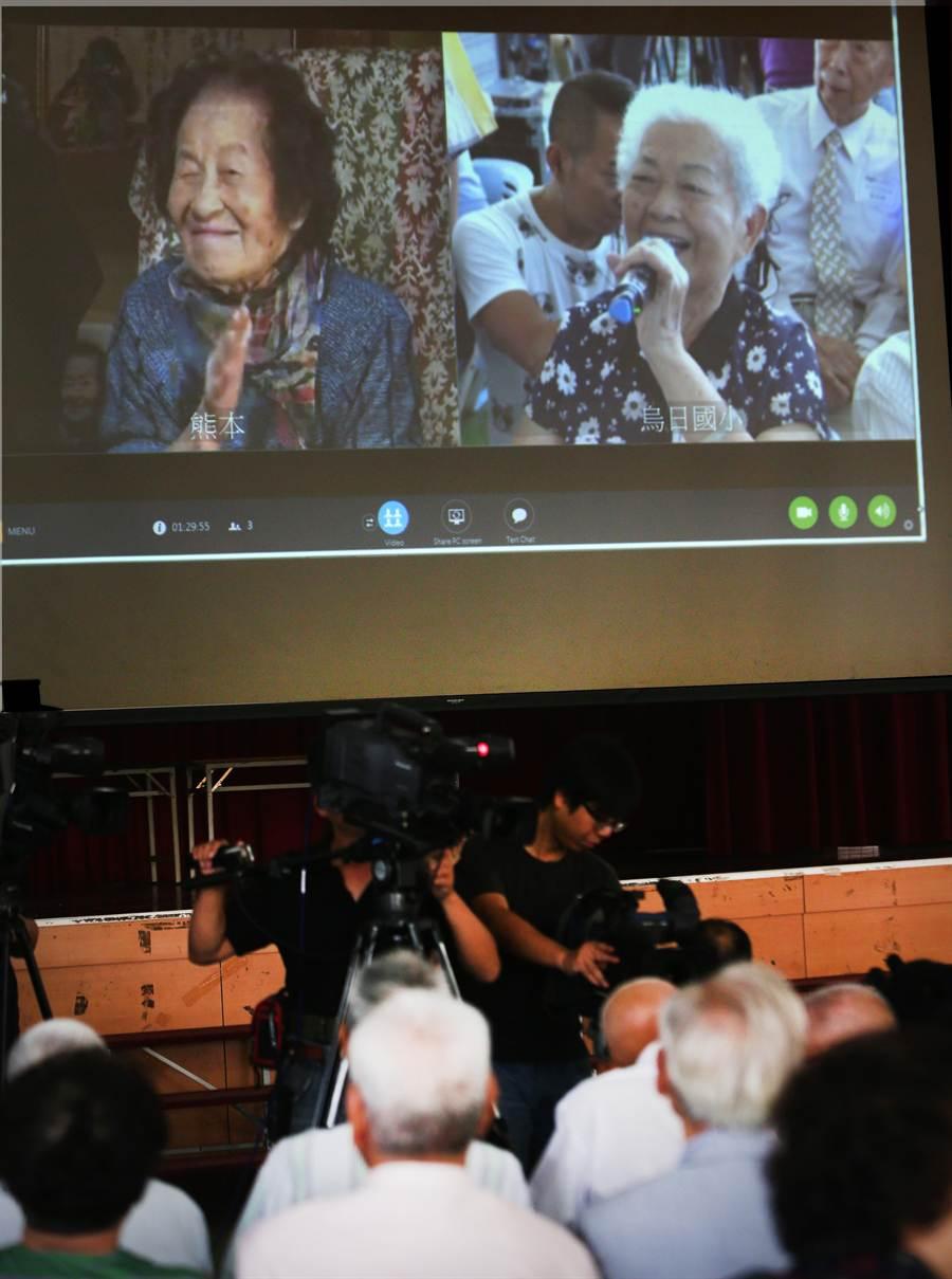 高齡106歲的日籍女老師高木波惠(左),思念昔日在烏日國小任教的學生們,8日這批年近90的老學生們與高木老師,透過視訊會議,再續師生情誼,令人感動。(黃國峰攝)