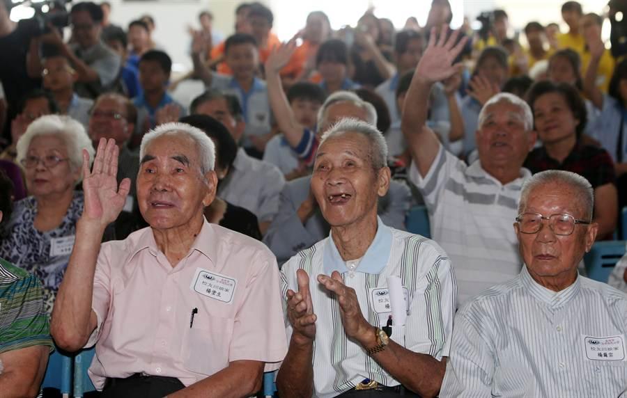 年近90的老學生們,透過視訊會議與高木老師打招呼,現場既感動又興奮。(黃國峰攝)