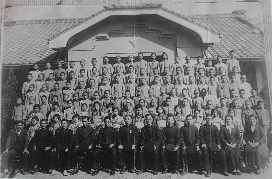就是這張從日本寄來的畢業老照片,才有台中版的「海角七號」,促成今日的台日跨海視訊,讓高齡106歲的日籍女老師高木波惠,與昔日烏日國小的學生們,再續師生緣。(黃國峰翻攝)