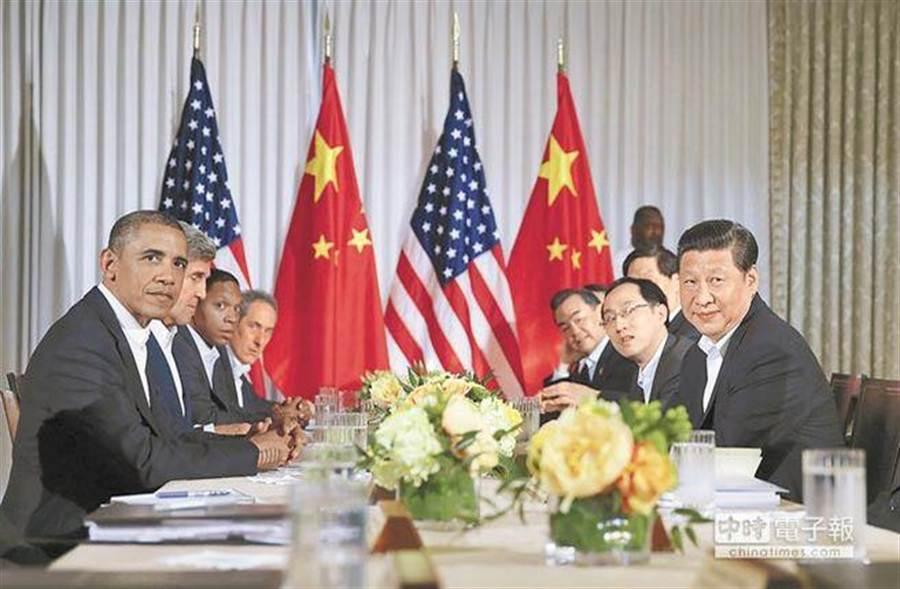 2013年6月7日,大陸國家主席習近平(右1)在美國加州安納伯格莊園與美國總統歐巴馬(左1)舉行中美元首會晤。(新華社)