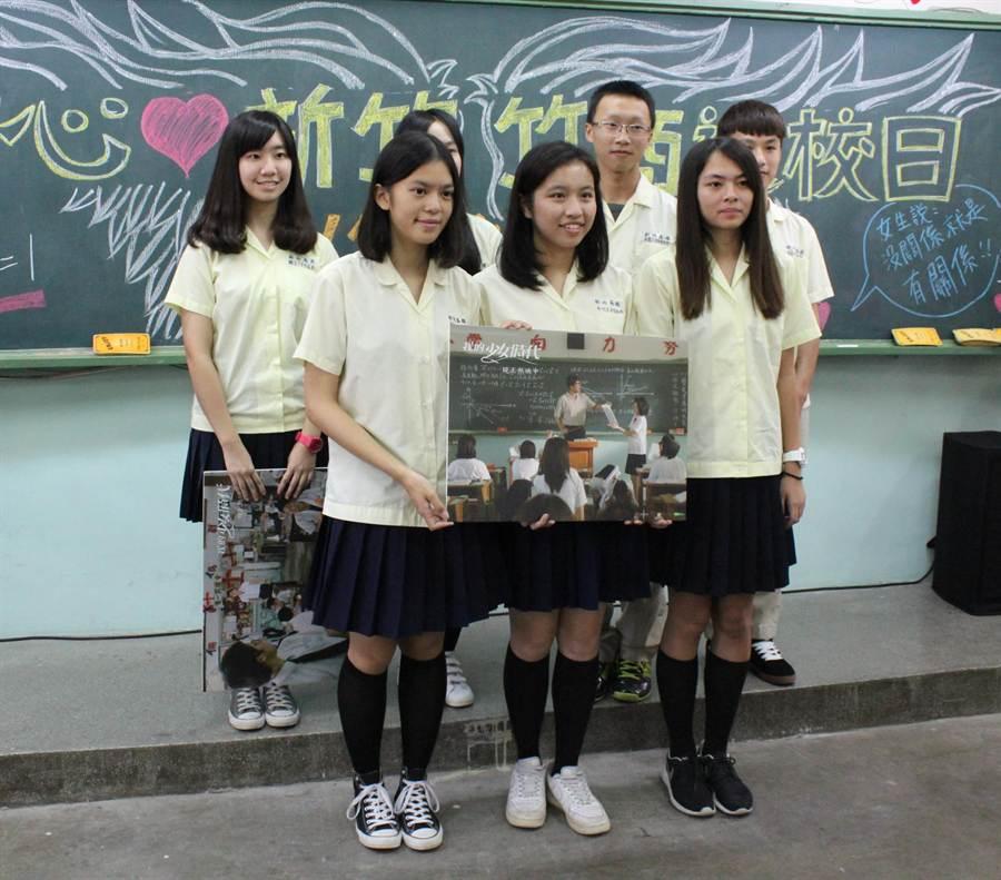新竹高商參與電影《我的少女時代》同學們,在片中女主角林真心的304教室,邀請大家19日「一定要返校!」體驗劇中水球大戰等活動。(郭芝函攝)