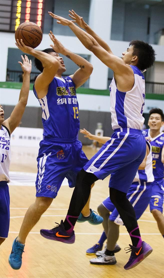 裕隆球員胡凱翔(左)上籃時,遭遇未來之星球員防守。(杜宜諳攝)