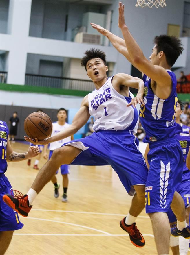 未來之星球員蔡勝耀(左)起身上籃時,硬撼裕隆球員的防守。(杜宜諳攝)