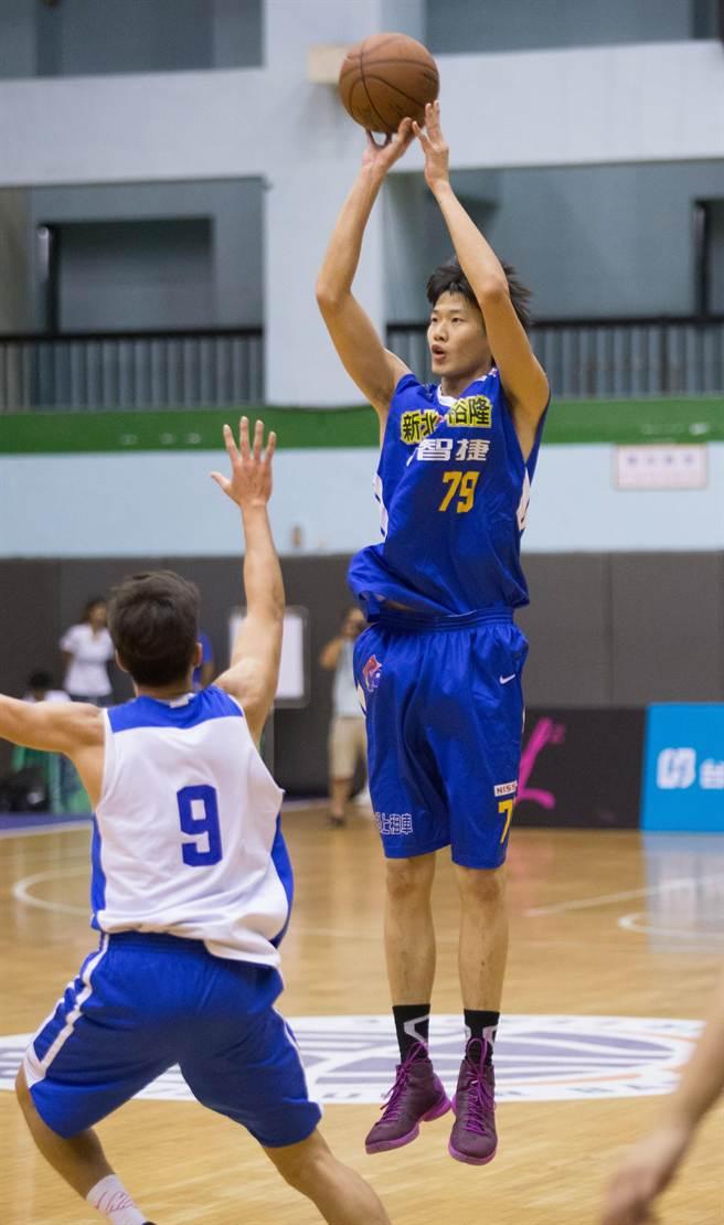 裕隆球員吳怡斌(右)在第一節0秒前,投出壓哨3分球。(杜宜諳攝)
