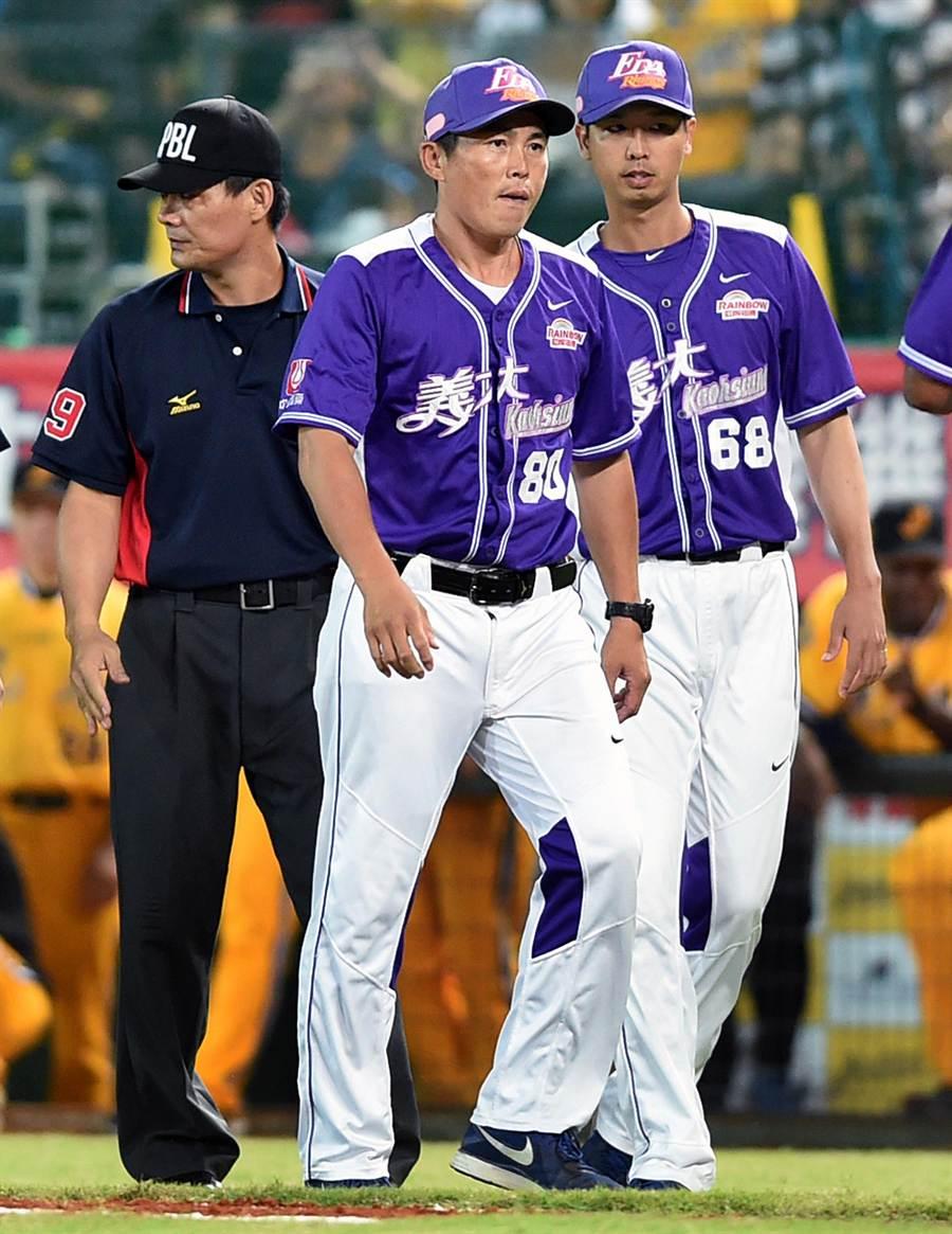 義大總教練葉君璋(中)不滿主審判決進場抗議後遭驅逐出場。(范揚光攝)